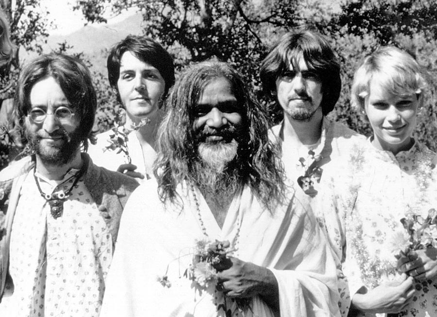 John Lennon, Paul McCartney, Maharishi Mahesh Yogi, George Harrison and Mia Farrow in India 1968.
